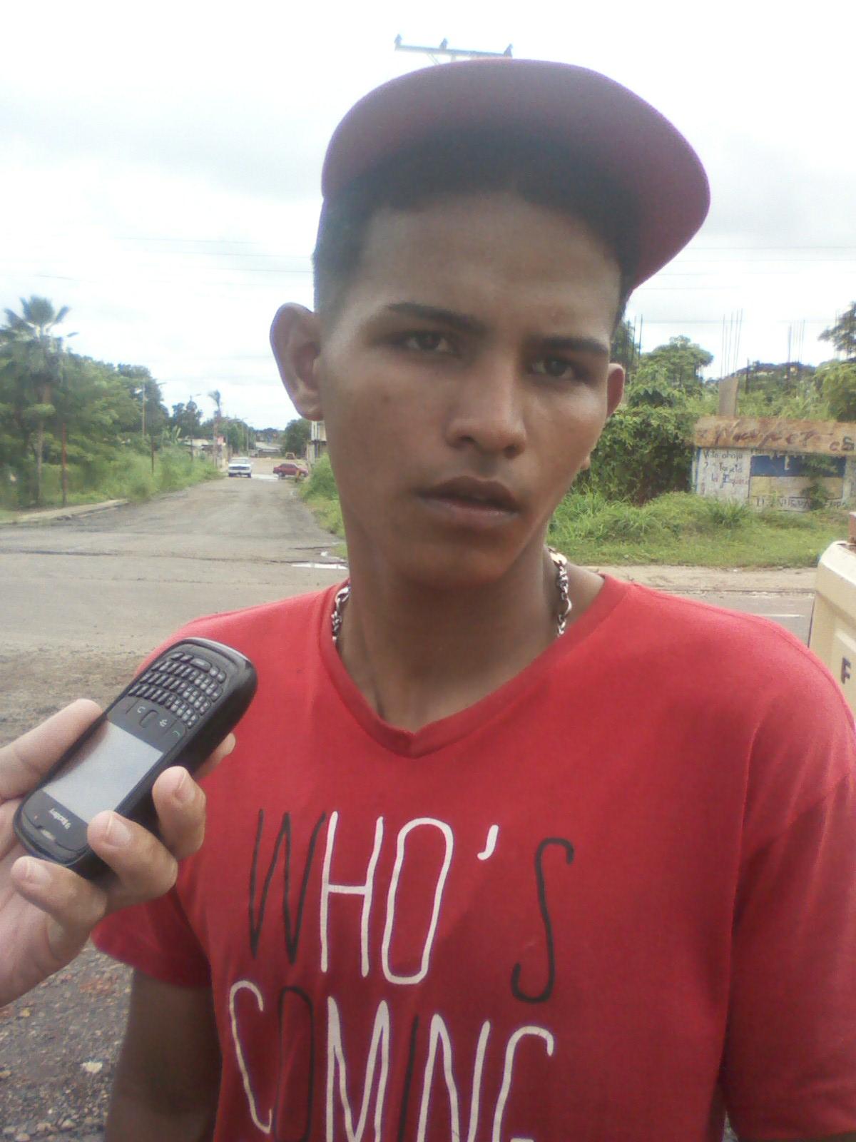 """Orland Flores Álvarez: (franela arojs) """"El Iapatmi me metió preso porque esta prohibido tapar los huecos en la avenida"""""""