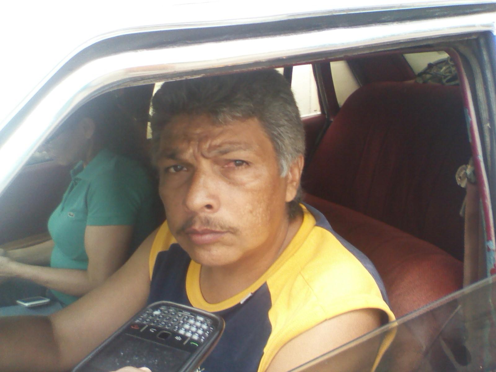"""José Luis López: (camiseta amarilla y azul) """"Quien responde por los daños que estos huecos le ocasionan a mi carro"""""""