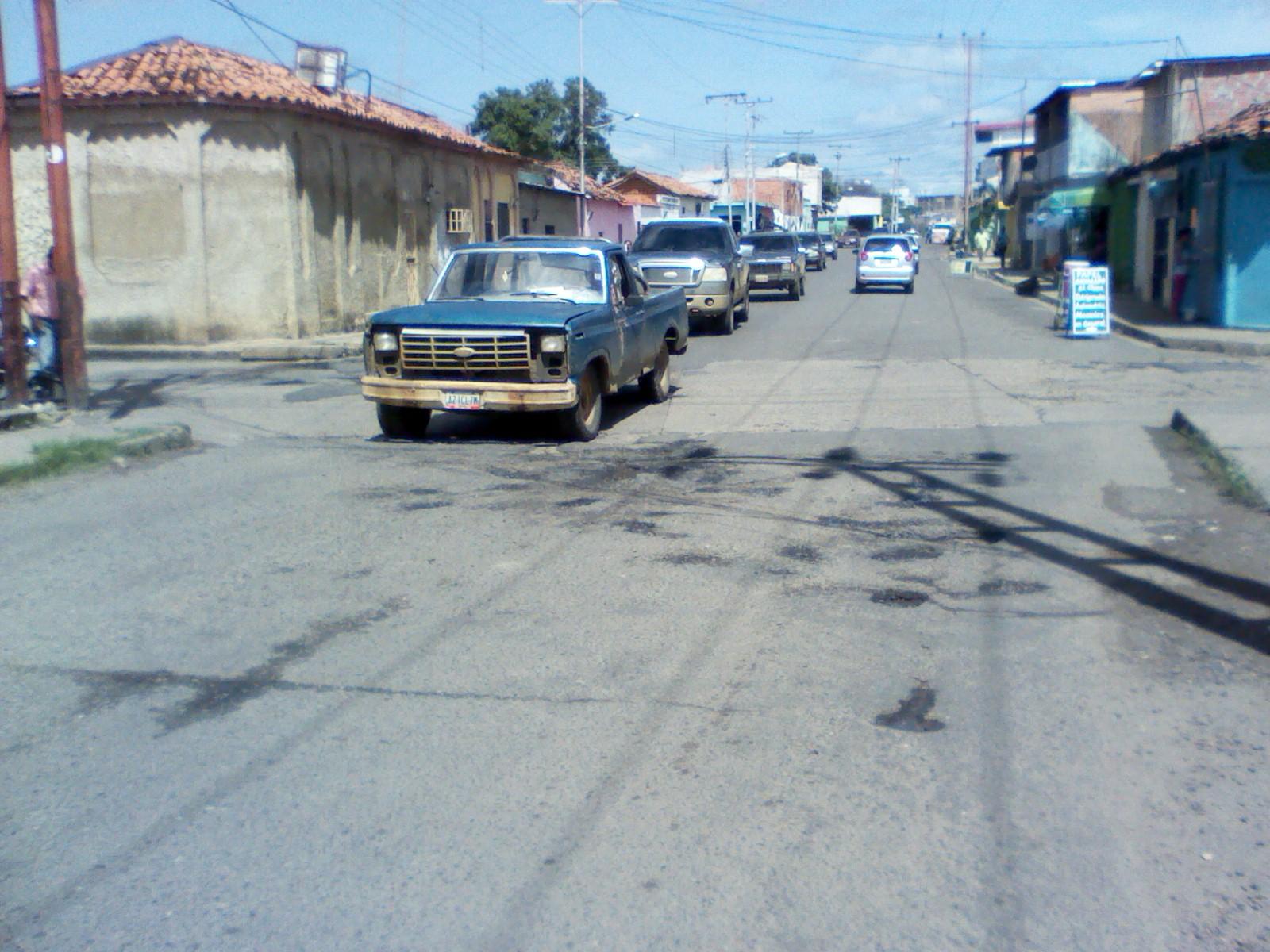Entre la calle la Granja y 19 de abril se formaron estos enormes huecos producto del derrame de aguas blancas