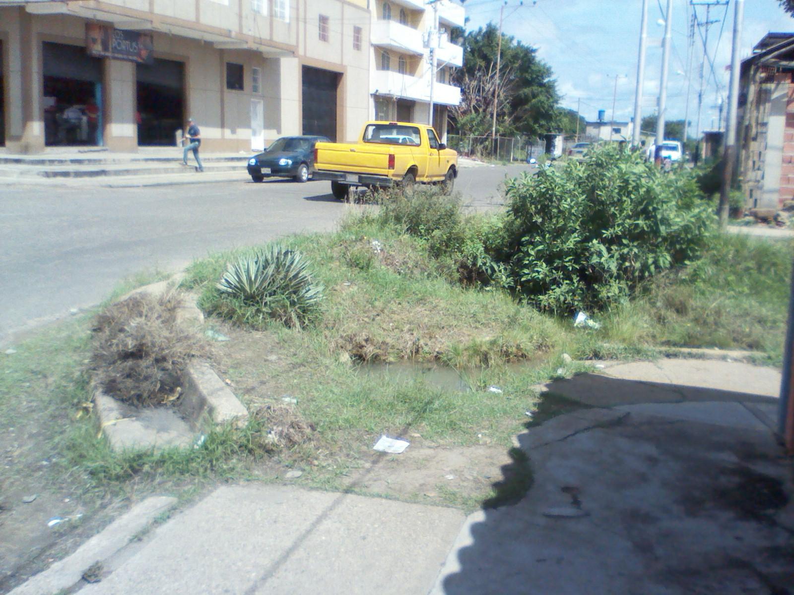 Esquina de la calle Orinoco este enorme hueco producto del derrame de aguas blancas lleva mas de cinco años