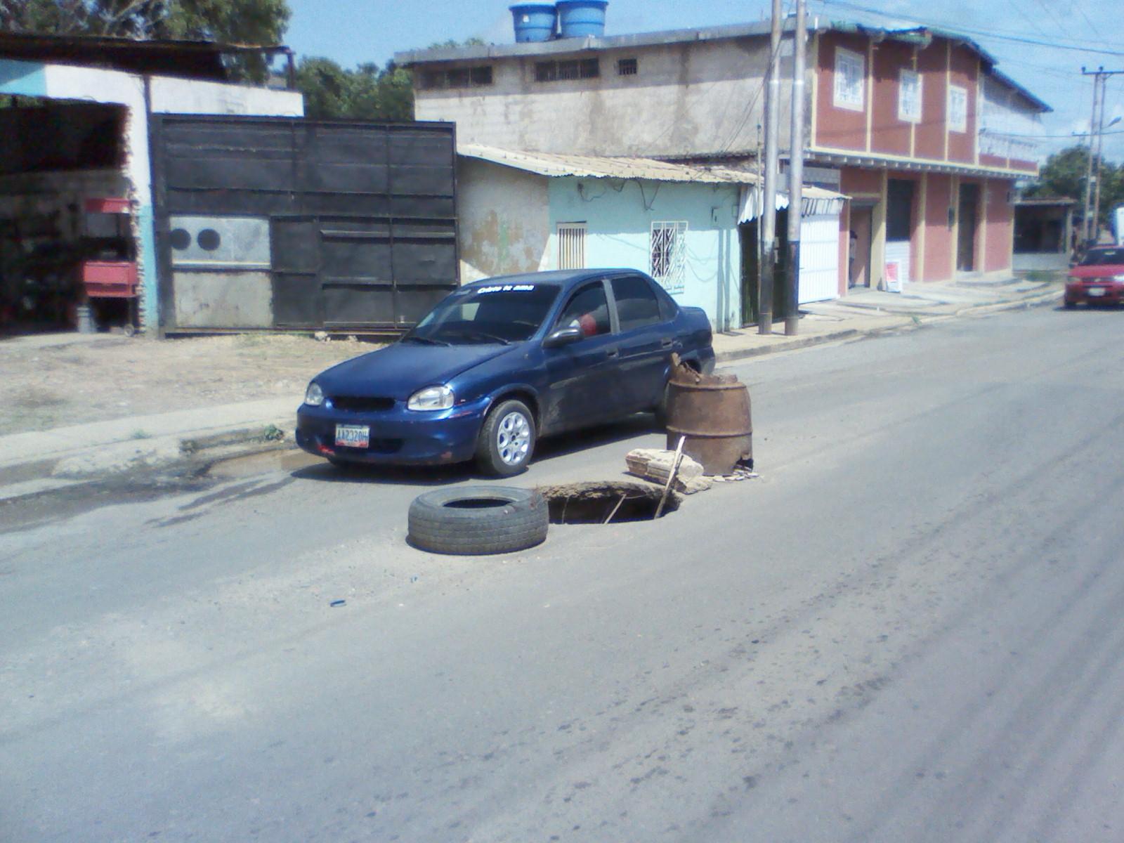 Adyacente a la calle Guaicaipuro la red de aguas servidas colapsó ocasionando el socavamiento y hundimiento de la capa asfáltica