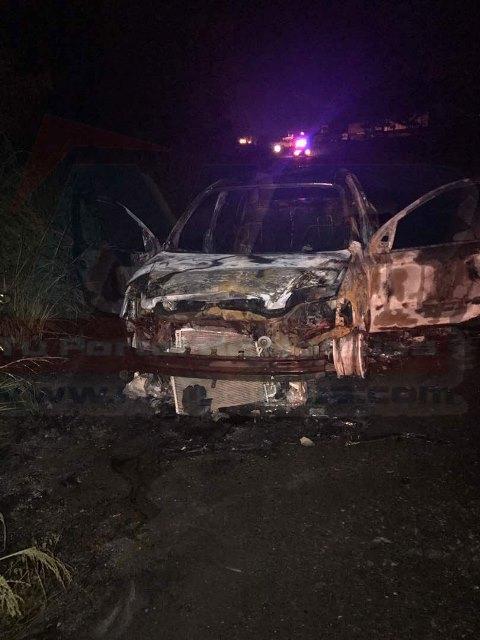 El vehículo donde huyeron quedo totalmente calcinado.