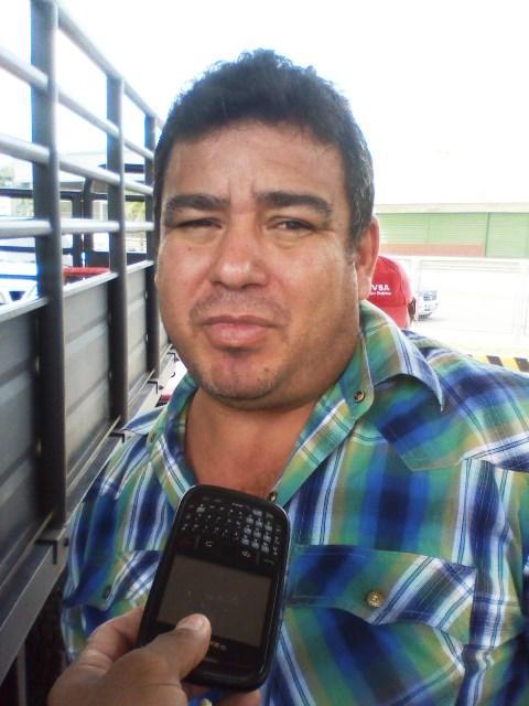 Federr Rodríguez (camisa a rayas) explicó que para abastecer su vehículo con gasolina tiene que permanecer hasta una hora en la cola
