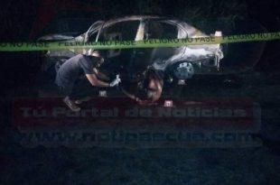 Uno de los cuerpos quedo parcialmente calcinado al lado del vehiculo.