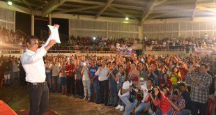 1. José Vásquez muestra el cenrtificado del CNE que lo acredita como gobernador de Guárico para el período 2017 – 2021