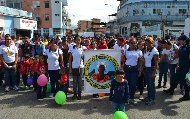Docentes y estudiantes demostraron alegría durante la caminata