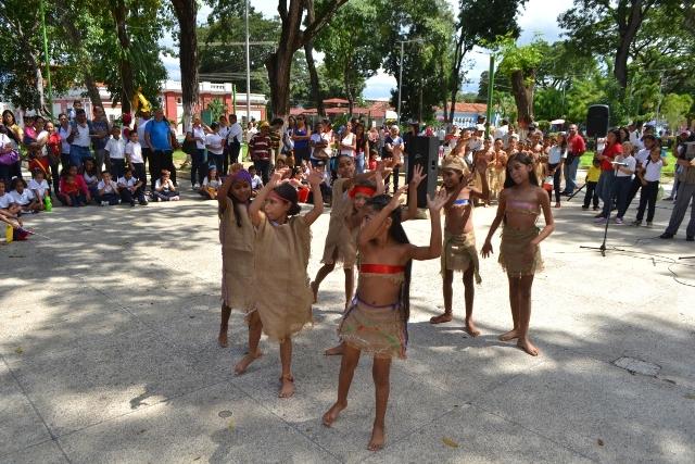 Estudiantes de la escuela básica Amalia de Lara realizaron una danza denominada 500 Años Atrás