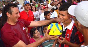 Jóvenes deportistas de la Patria de Guárico recibieron implementos deportivos