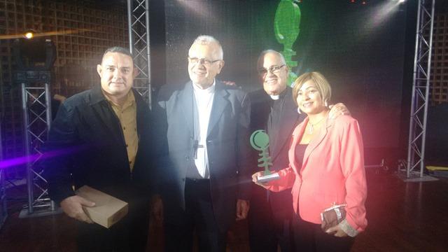Momento de recibir el premio de la mano del Cardenal Baltazar Porras y el Parroco de la iglesia de Las Garcitas.