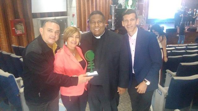 Equipo directivo de Mega Latina junto al padre Pedro Pablo Aguilar, Presidente de Medios de comunicacion de la Conferencia Episcopal Venezolana