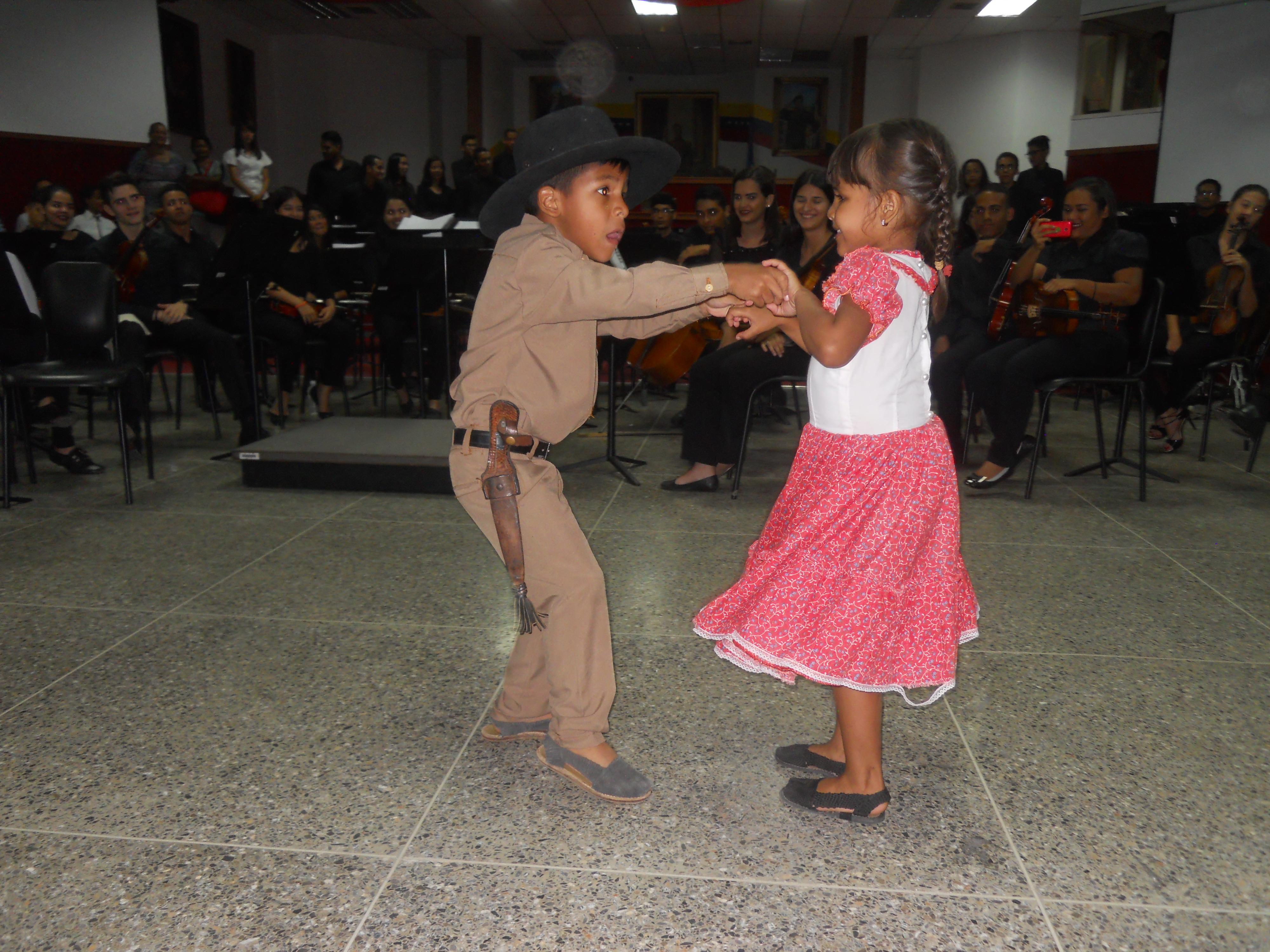 Los pequeños joroperos Rafaela Bolívar y Carlos Tovar brillaron durante su acompañamiento al ensamble de Alma Llanera