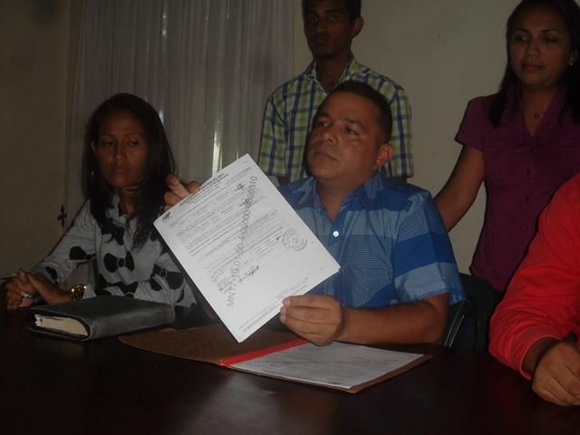 Le entregaron un documento donde certifica que inscribió su candidatura y fue aceptada.