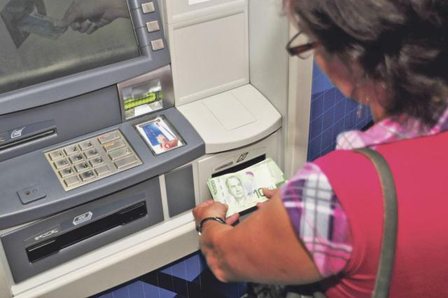 Cajeros sin dinero, obligan a retirar efectivo por taquillas