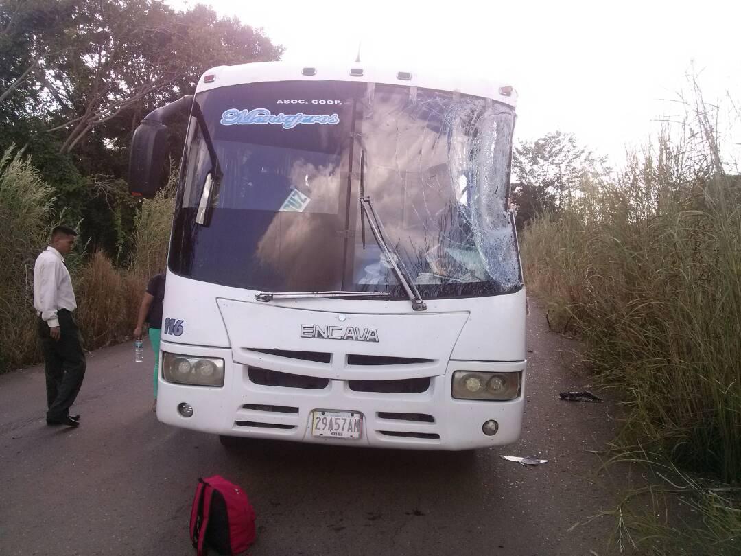 Este autobús impacto por la parte trasera de la compactadora, ocasionándole la muerte a los trabajadores.
