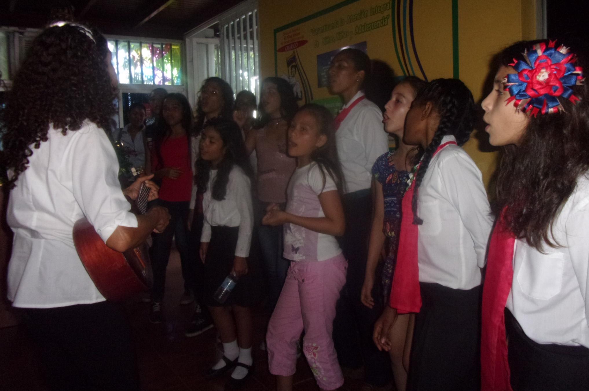 Pequeños y jóvenes al ritmo del cuatro llevando el hermoso regalo de la música