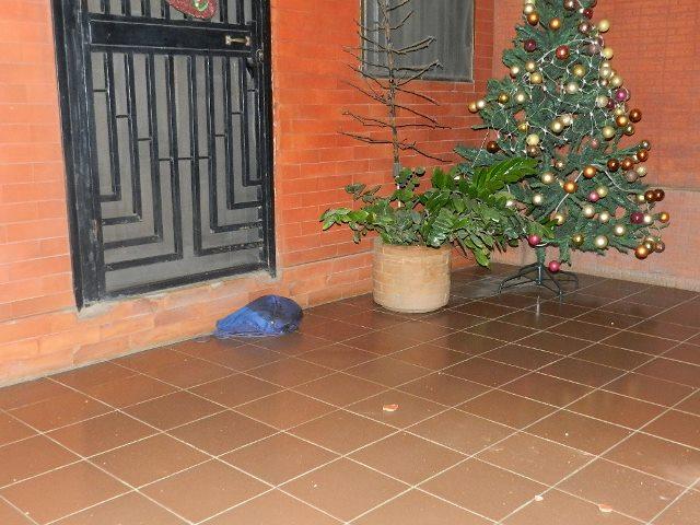 Bolso lanzado por la victima luego de recibir los primeros disparos.