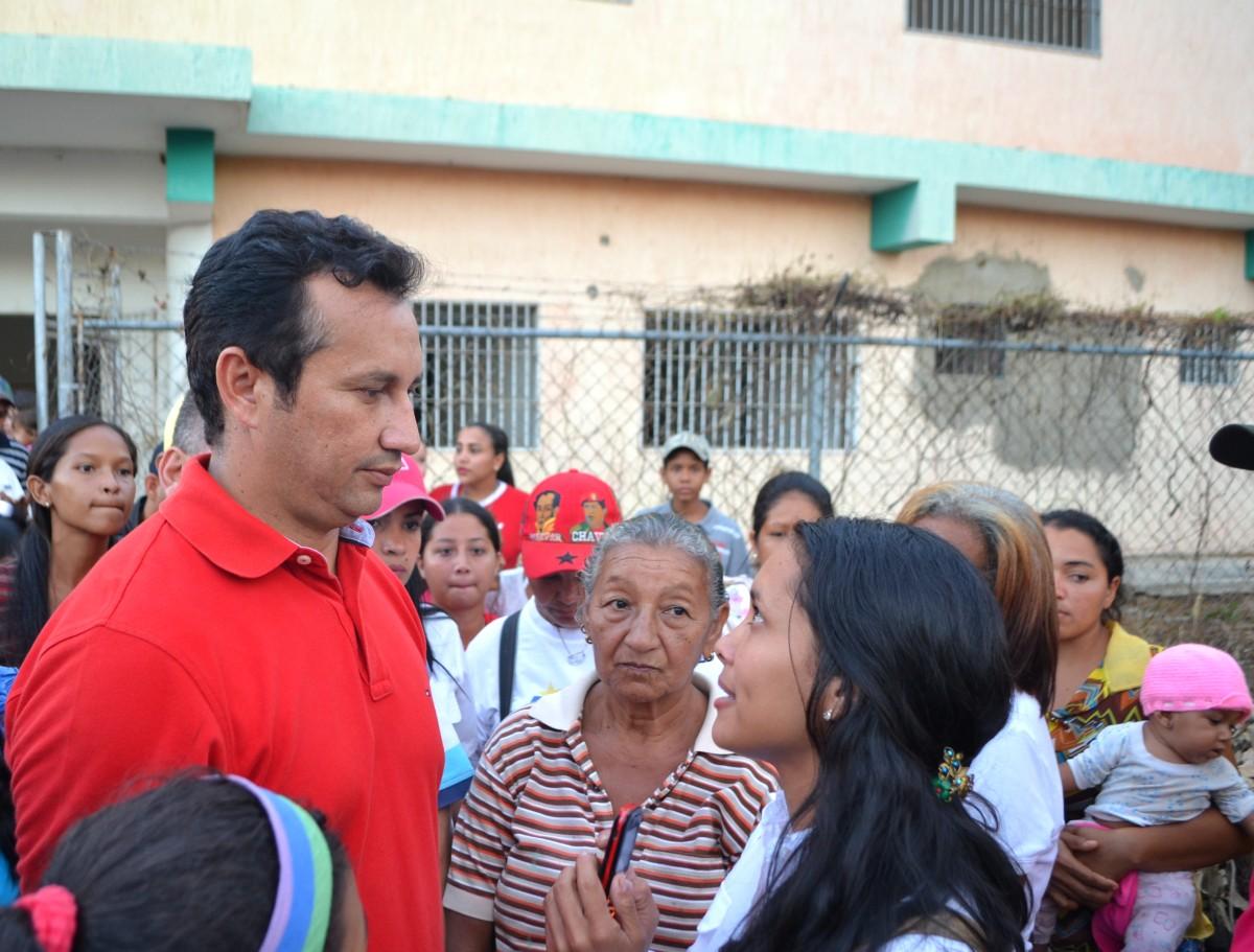 .Gobernador José Vásquez, tras salir de la inspección de la Maternidad de Chaguaramas, atendiendo directamente al pueblo