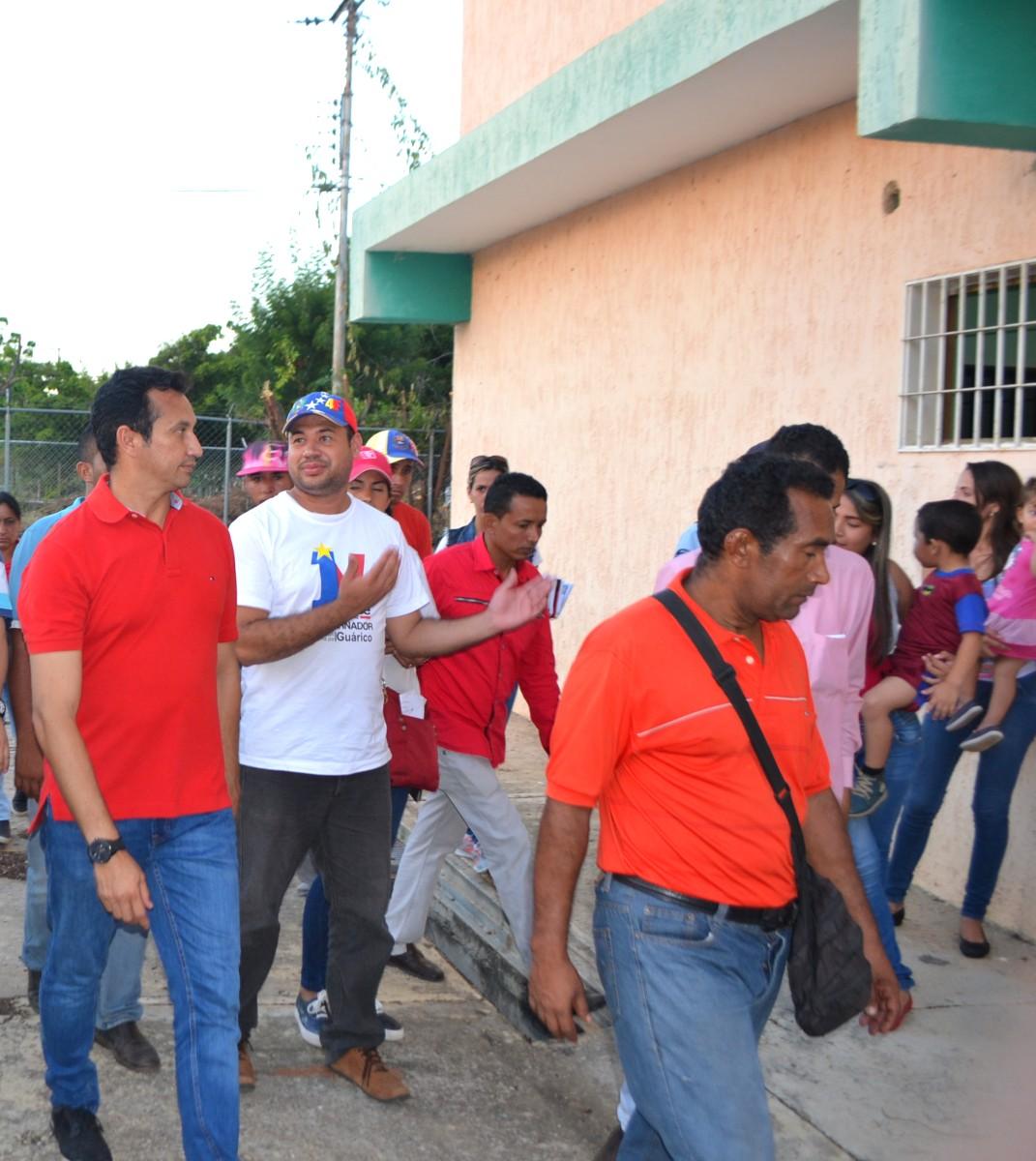 El mandatario guariqueño, José Vásquez y el alcalde Manuel García recorren las instalaciones de la Maternidad de Chaguaramas