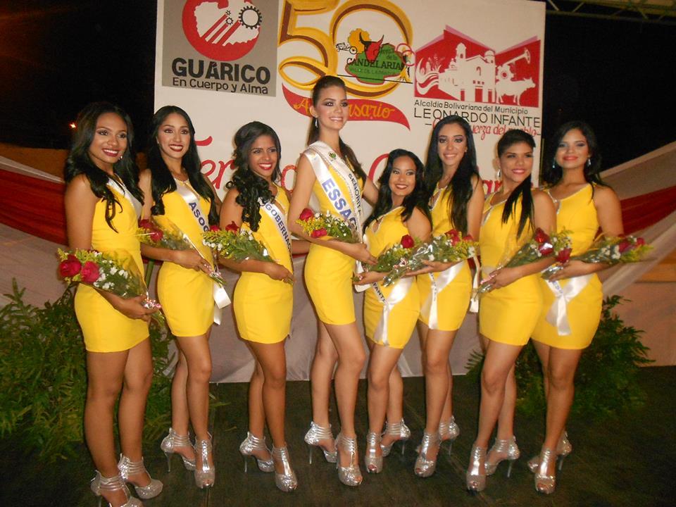 La chica prensa Luz Ledezma junto a las 7 candidatas restantes, luciendo las bandas de sus patrocinadores.