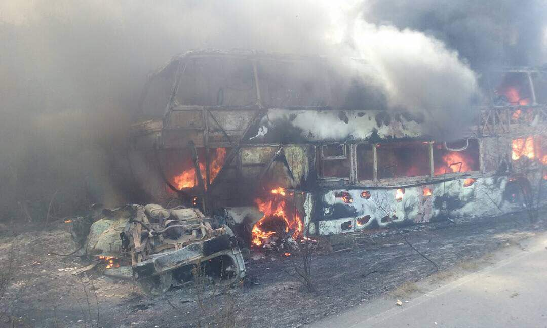 Los vehículos impactaron y de inmediato se incendiaron.