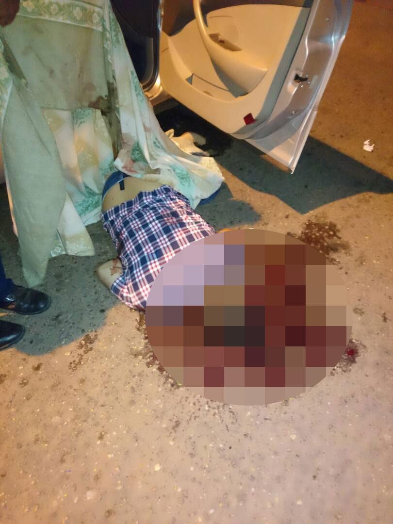 Estaba montado sobre un vehículo cuando fue interceptado por sujetos en moto.