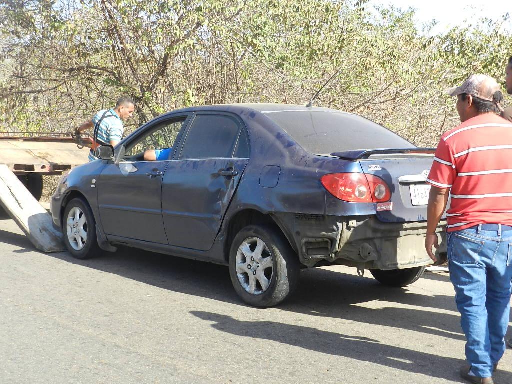 Vehiculo modelo Toyota Corolla involucrado en el accidente.