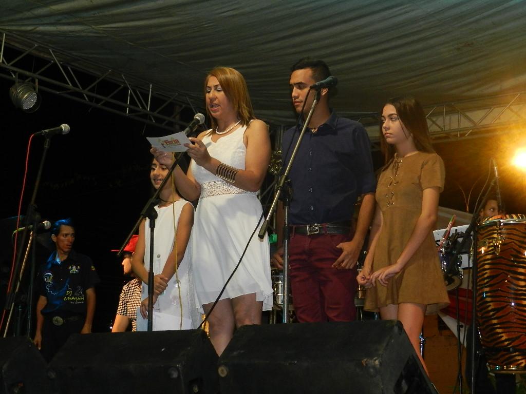 Alcaldesa Nidia Loreto subió a la tarima junto a su familia y ofreció unas palabras de bienvenida a los presentes.