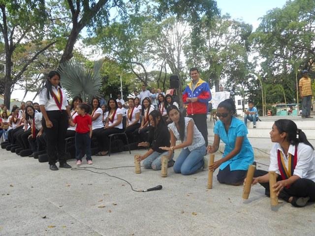 Maestras y representantes del Centro del Centro de Educación Inicial Evaristo Linares Vega tocaron el quitiplás