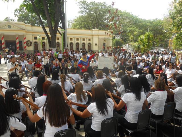 : El profesor Leonardo Hurtado dirigiendo la muestra de la ejecución del cuatro protagonizado por maestras de preescolares