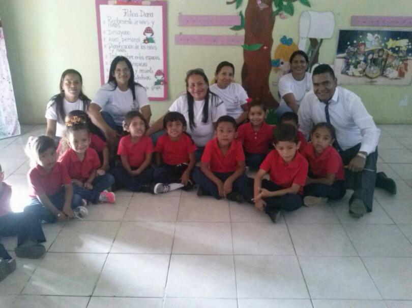 Personal docente, administrativo y obrero compartiendo junto a los niños y niñas