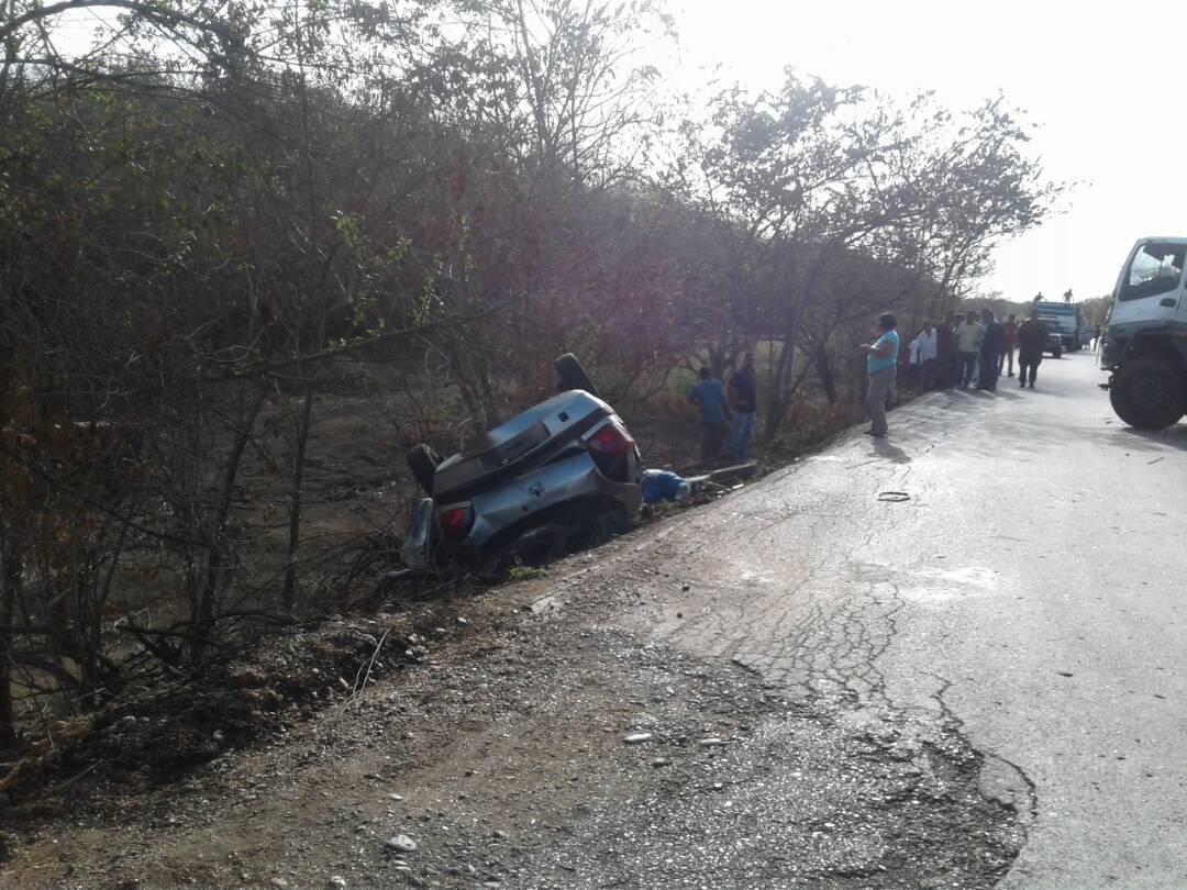 Fiesta balita donde transitaba los fallecidos quedo volteado a un lado de la vía luego de impactar con el Chevrolet FVR