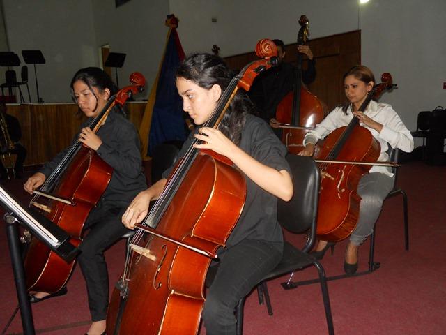 La profesora Roivi Avila, coordinadora estadal (E) del Sistema Guárico compartió atril en la fila de violonchelos con los chamos vallepascuenses