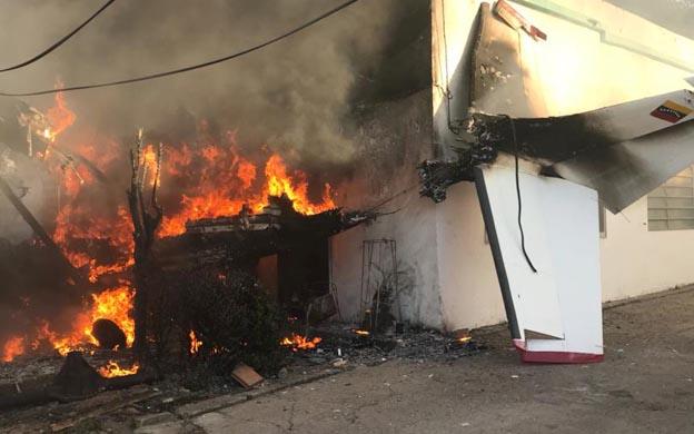 Un muerto y un herido al caer una avioneta sobre una casa en Bolívar
