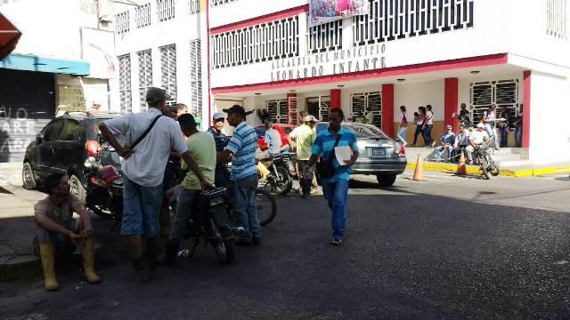 Los trabajadores se apersonaron a las afueras de la alcaldía de Infante.