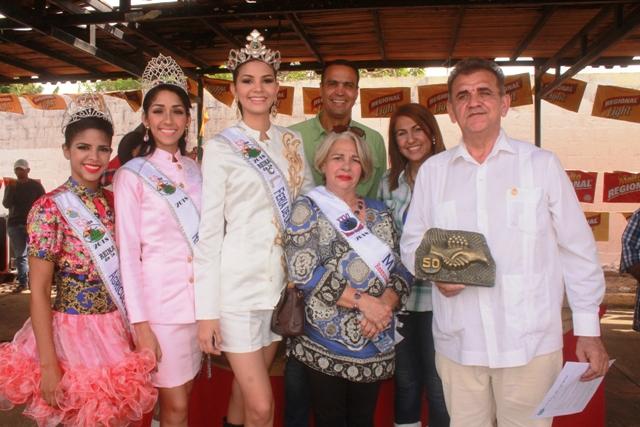 Alcaldesa Nidia Loreto junto al orador de orden Ricardo Camacho, Gustavo Barreto, madrina y reinas