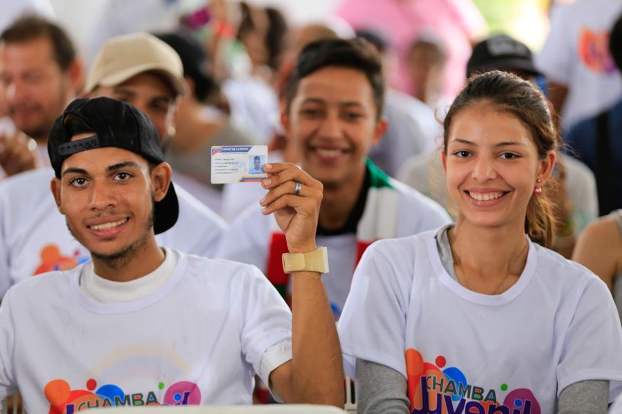 Este lunes recibieron el bono protector del gobierno 2,5 millones de jóvenes