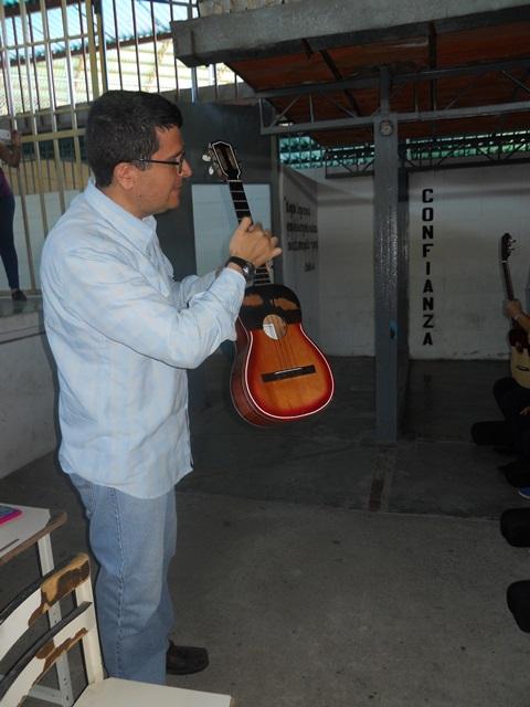 El profesor Leonardo Hurtado, gerente nacional del Programa Simón Bolívar explicando las partes del cuatro