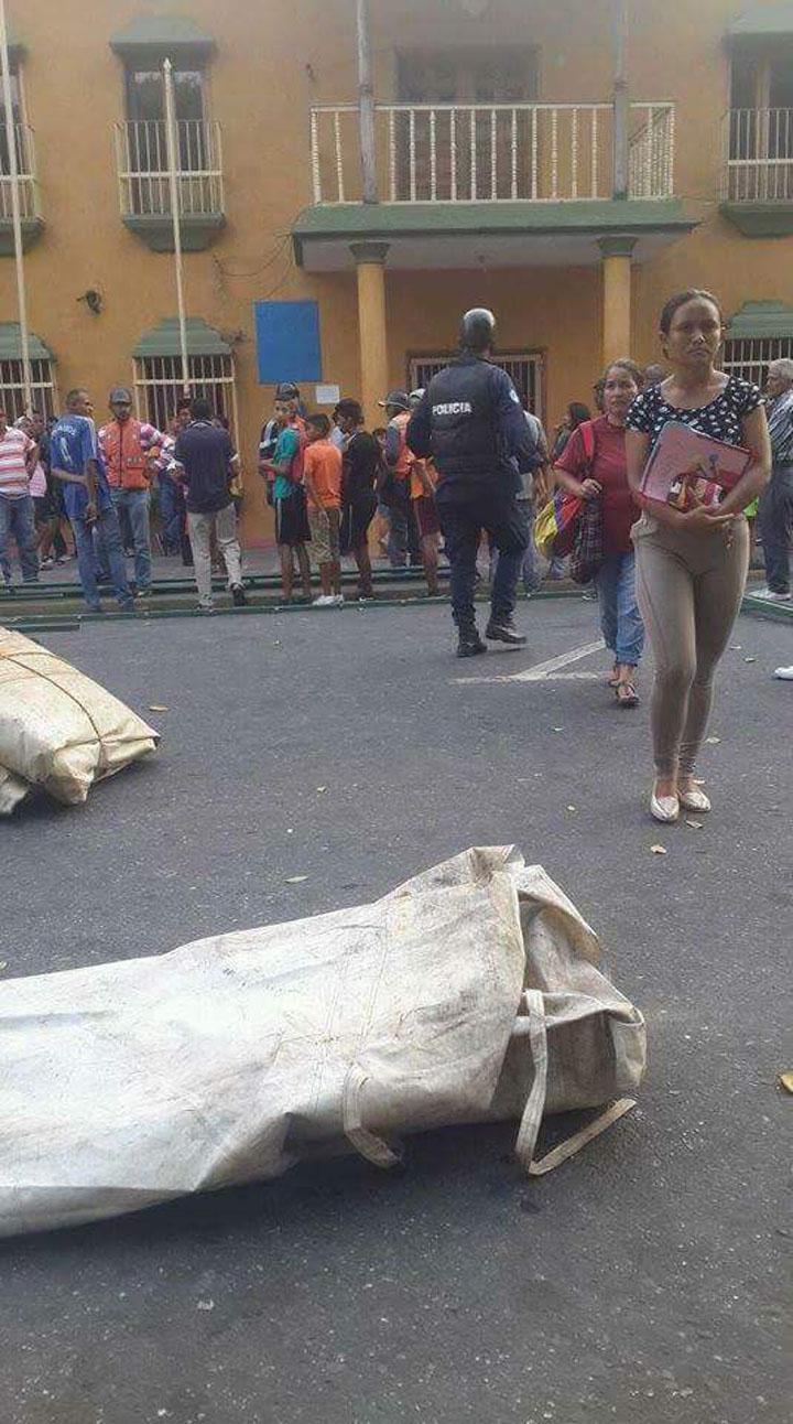 Por no tener para enterrarlo, abandonan cadáver frente a la Alcadía de Turén