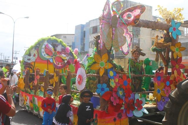 Hermosas carrozas participaron en el desfile de carnaval