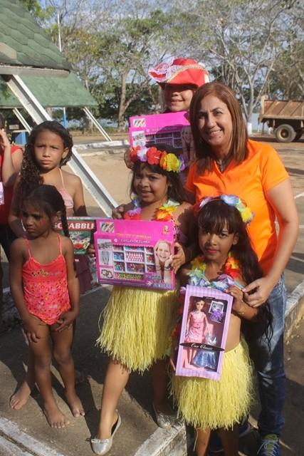 La alcaldesa Nidia Loreto hizo entrega de juguetes