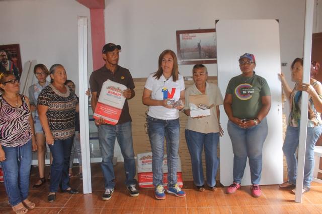 La alcaldesa Nidia Loreto hizo la respectiva entrega del material