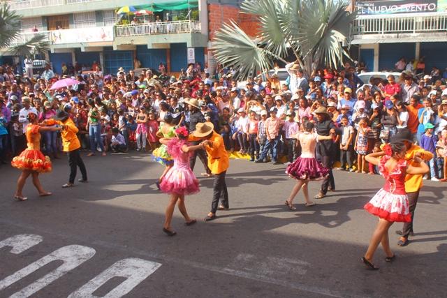 Vallepascuenses se dieron cita al desfile inaugural