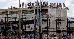 Reclusos tienen como rehenes a 4 presos políticos en el Penal de Tocuyito
