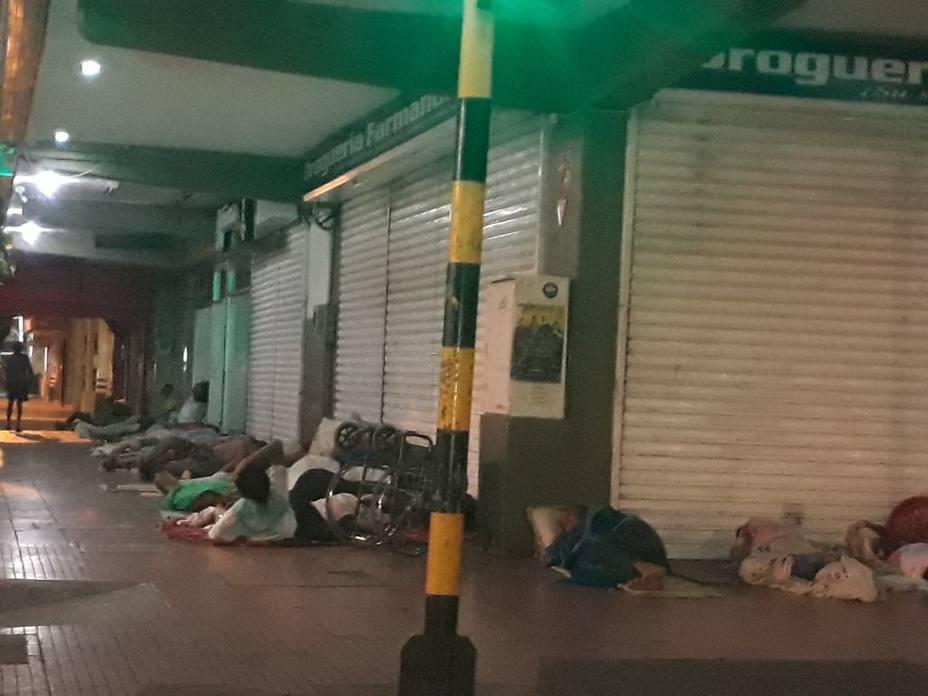 En colchonetas improvisadas duermen a las afueras de una farmacia en Cucuta.