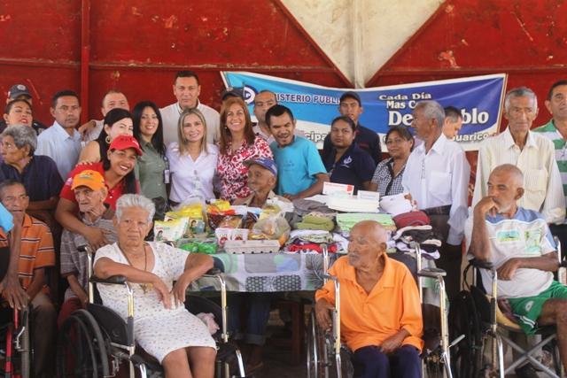 Abuelos recibieron medicinas y bolsas de comida
