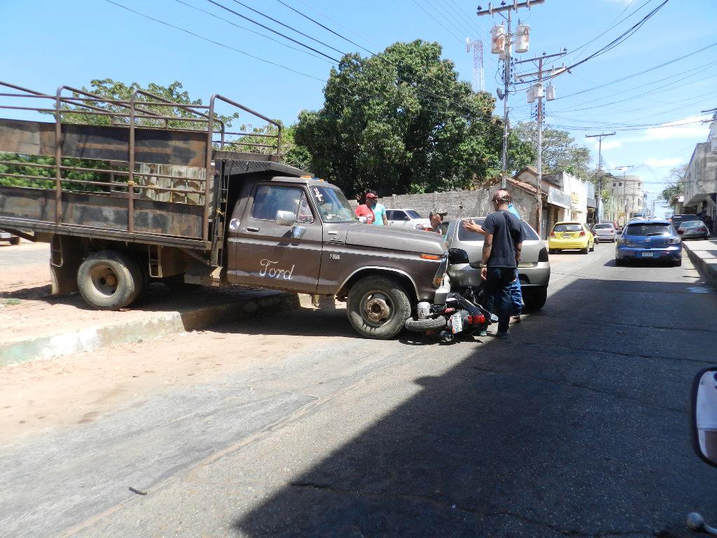 La moto quedo debajo del camión