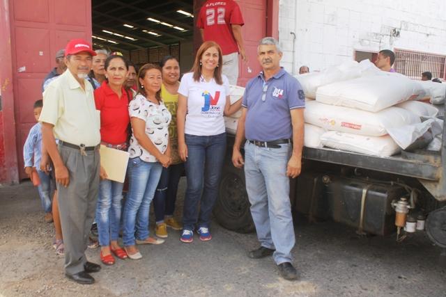 Recibieron la harina de trigo de manos de la alcaldesa Nidia Loreto