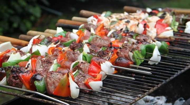 Parecido a los pinchos de carne, en este caso es carne de llama. Pruebalo es de los platos típicos del Perú.