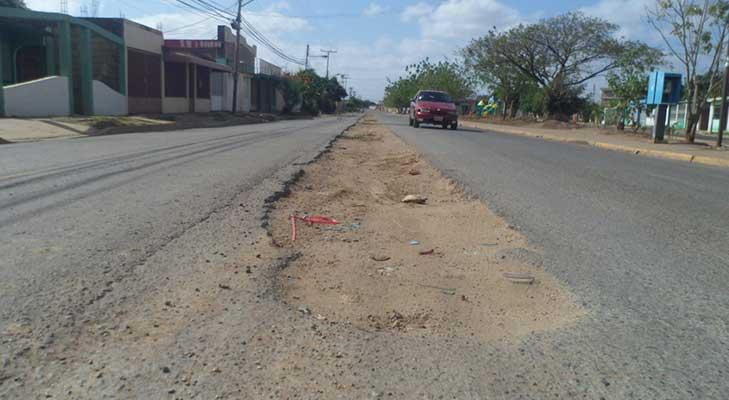 La calle principal de Padre Chacin quedo destrozada luego de trabajos hecho por entes gubernamentales.