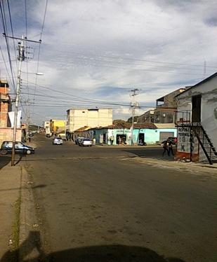 Esquina de la calle Atascosa cruce con calle Atarraya en Valle de la Pascua.